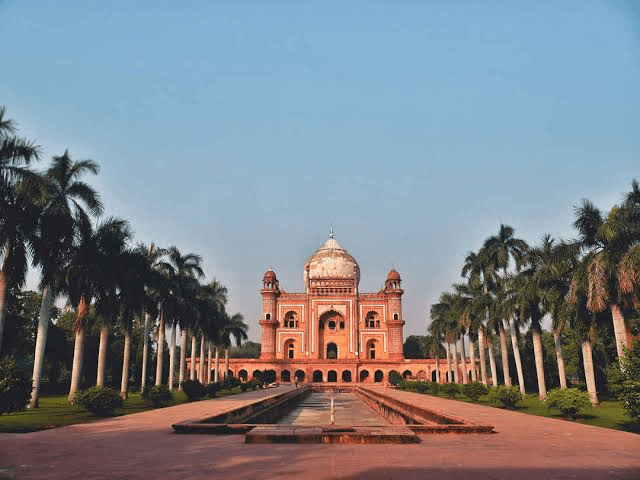 What landmarks make Delhi an interesting location for travel enthusiasts?